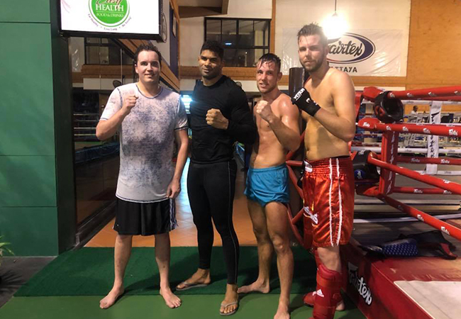Robbie The Rabbit Hageman traint met Alistair Overeem in Thailand